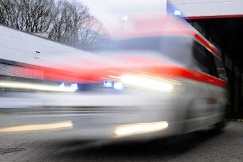 Krankenwagen rasend Spur :::   ::: © pixelio.de