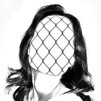 Frau gefangen im eigenen Netz
