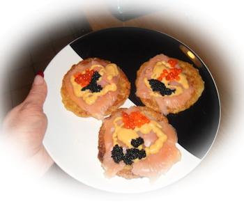 Reibekuchen (Kartoffelpfannkuchen) mit Lachs, zwei Sorten Kaviar und Honig-Senf-Sauce